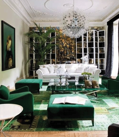 Vert is a powerful and enlivening tone, even when used purely in soft furnishings. In wool, velvet and artwork it gives rooms a unique and yet comfortable character.